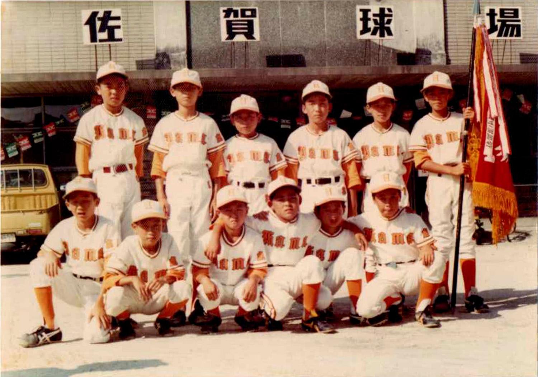 佐賀市本庄町にあった佐賀球場で開催された少年野球の県大会開会式後の一枚です。浜少年野球チームは西九州地区で準優勝したこともある強豪でした。